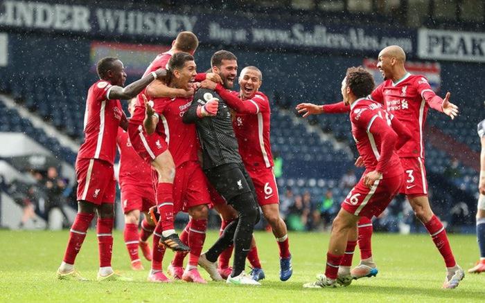 Becker (áo đen) chia vui với đồng đội sau bàn quyết định. Ảnh: Reuters.