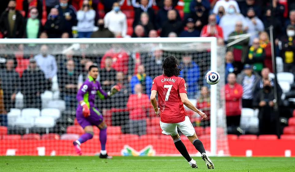 Cavani menepis bola untuk mencetak gol dari tengah lapangan.  Foto: PA.