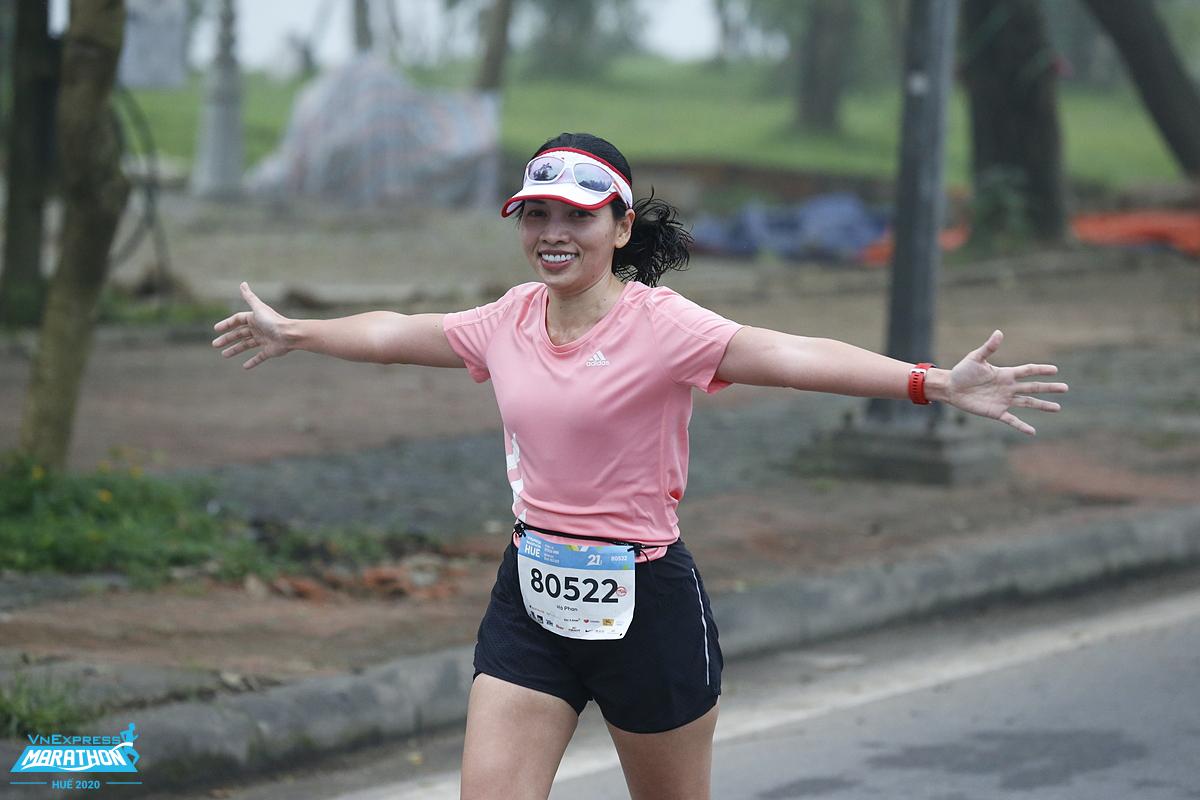 Female runner on the track of VM Hue 2020. Photo: VnExpress Marathon.