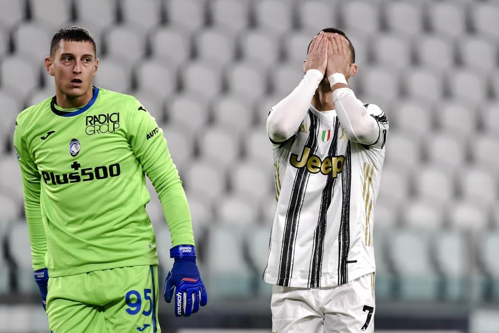 Ronaldo menahan wajahnya dengan penyesalan ketika dia melewatkan tendangan penalti dalam hasil imbang 1-1 Juventus di Atalanta di Serie A pada 16 Desember 2020.  Foto: AP