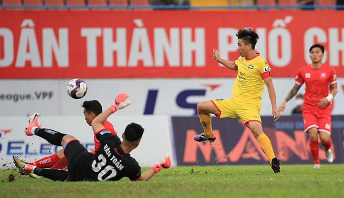 Phan Văn Đức (vàng) đã ghi năm trong tổng số bảy bàn của SLNA ở giai đoạn một V-League 2021. Ảnh: VPF.