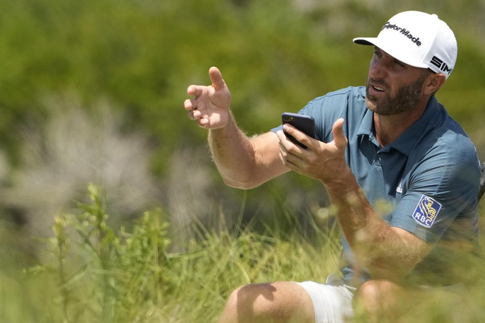 Johnson ngồi chờ phát bóng ở hố 11 vòng đánh thử sân Ocean trước thềm PGA Championship hôm 19/5. Ảnh: AP