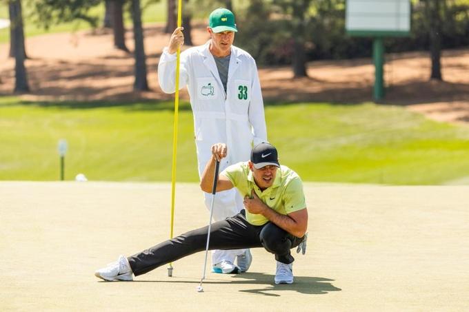 Koepka vẫn chịu vết đau dai dẳng từng khiến anh không thể ngồi xổm ở Masters hồi tháng Ba. Ảnh: Golf Digest