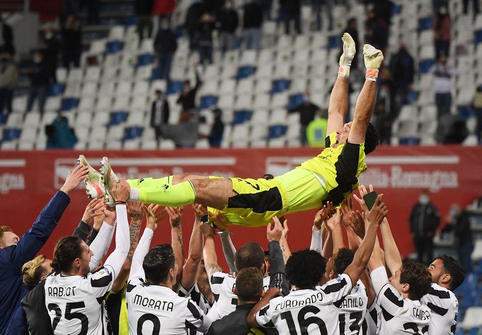 Federico Chiesa (ที่สองจากขวา) และเพื่อนร่วมทีมเชียร์ Buffon หลังจากเข้ารอบชิงชนะเลิศ  ภาพ: Reuters