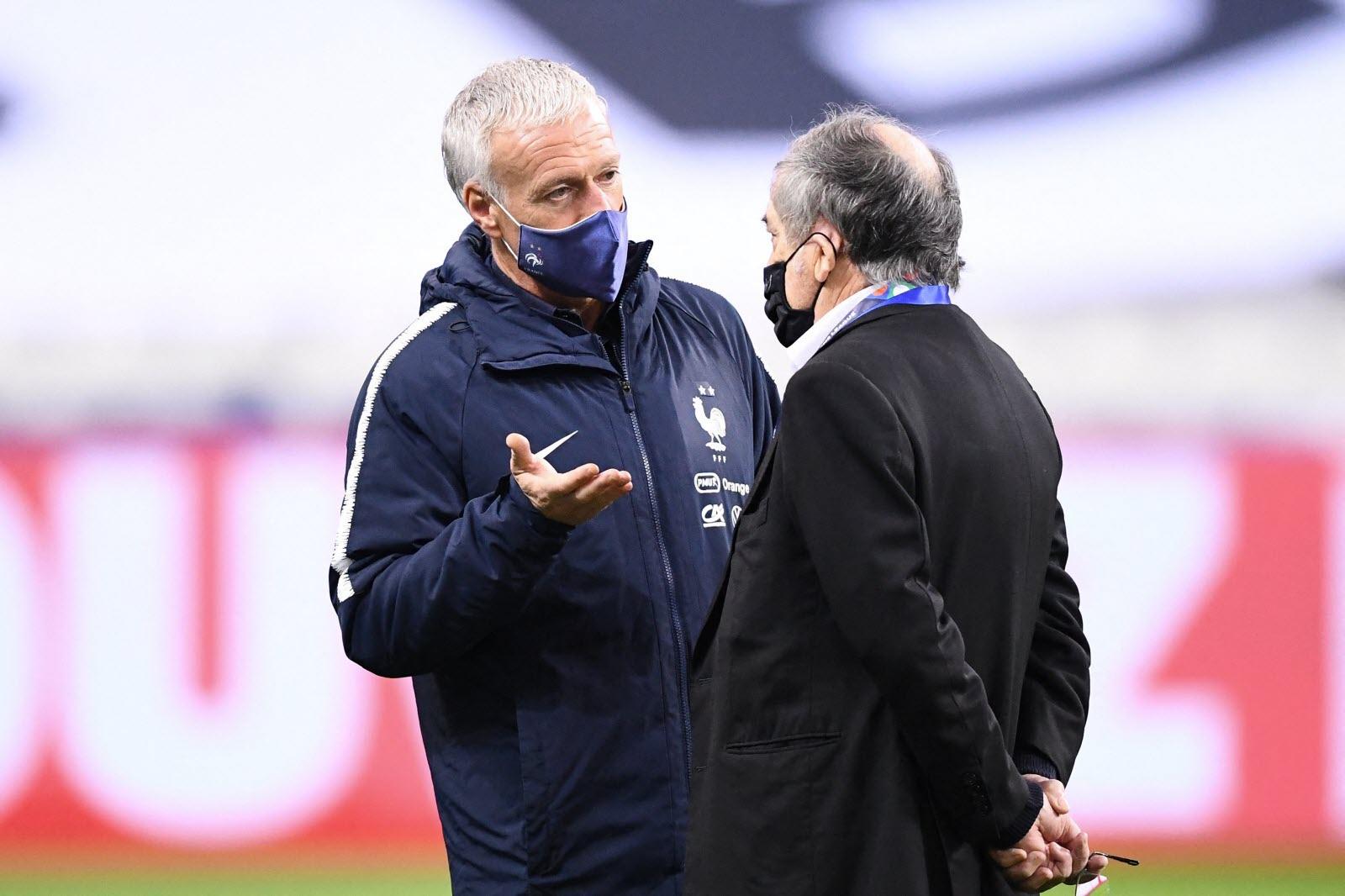 Deschamps memutuskan untuk berbicara dengan Benzema setelah FFF dan Le Graet (kanan) menyetujui kebijakan tersebut pada Maret.  Foto: AFP
