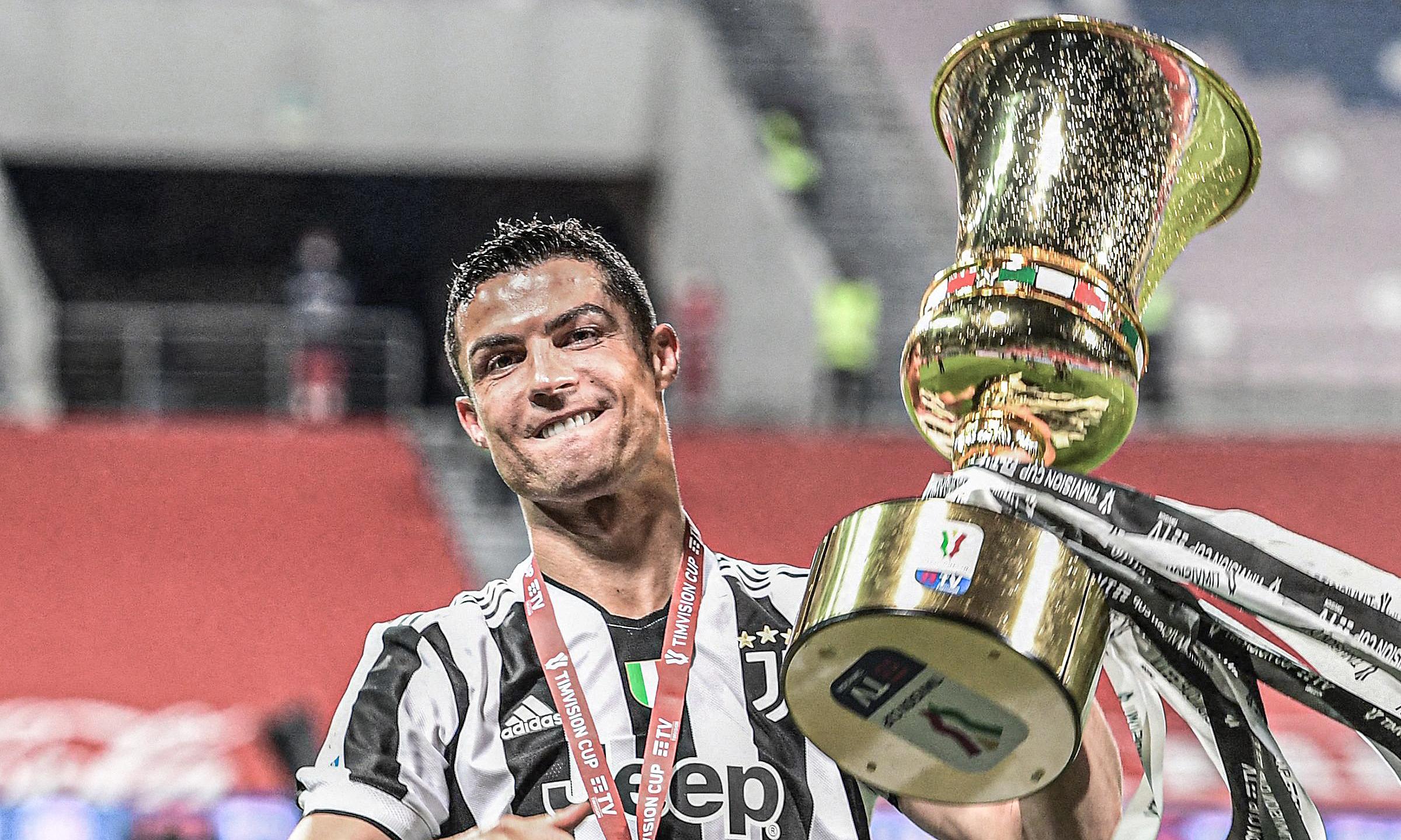 Ronaldo ฉลองถ้วยอิตาลีที่ Mapei Stadium เมื่อวันที่ 19 พฤษภาคม  ภาพ: AFP