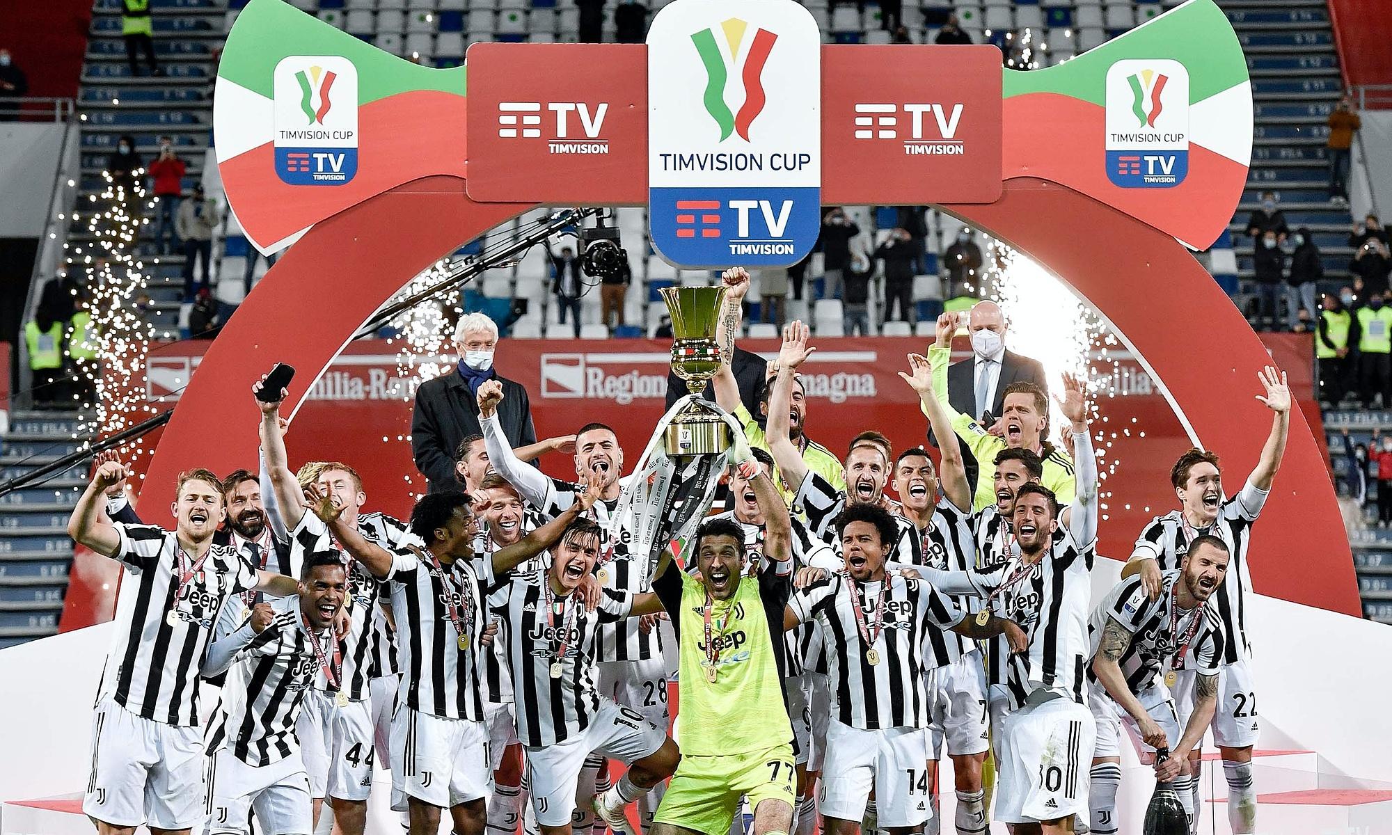 Pemain Juventus mengangkat Piala di Stadion Mapei.  Foto: Twitter / Juventus