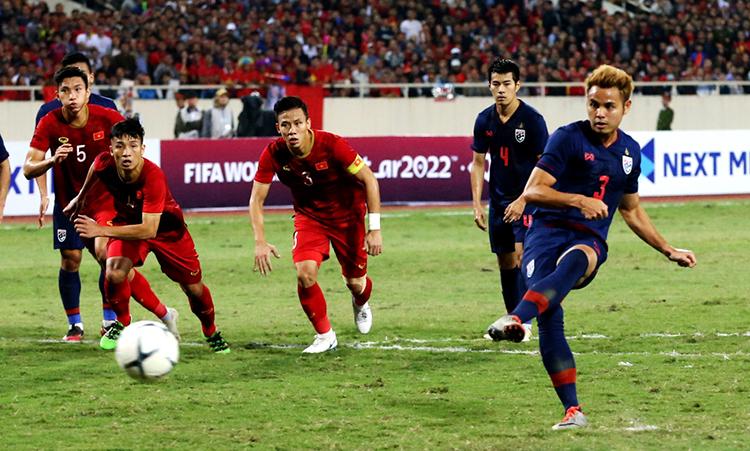 ธีรธร (ขวา) เคยถูกลงโทษโดยผู้รักษาประตู Dang Van Lam เมื่อไทยเสมอเวียดนาม 0-0 ในเกม My Dinh ในวันที่ 19 พฤศจิกายน 2019  ภาพ: สยามกีฬา