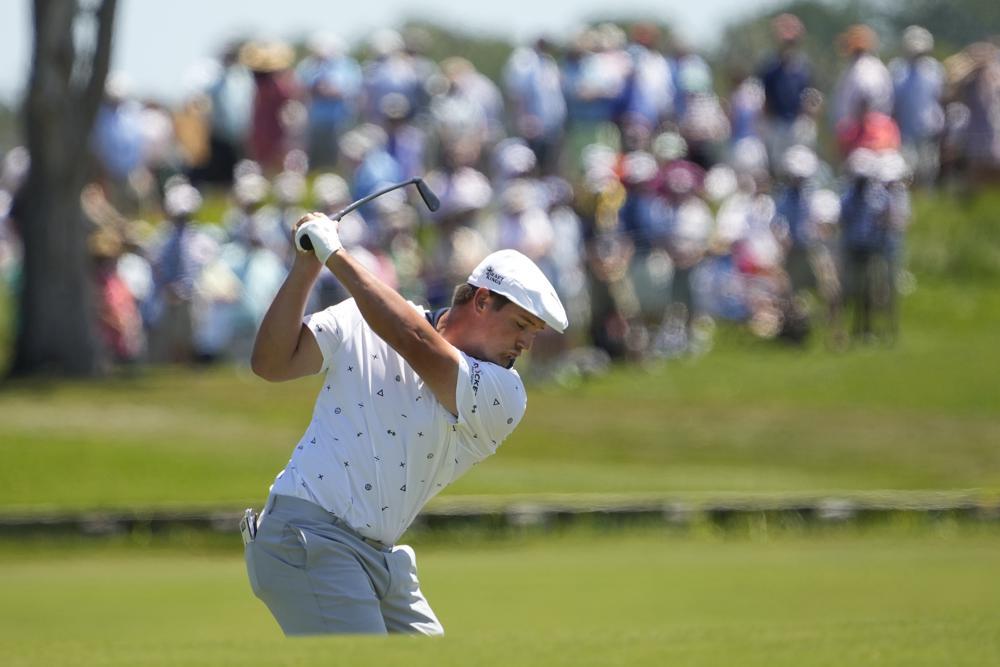 DeChambeau melakukan pukulan kedua pada hole dua putaran pertama Kejuaraan PGA di Ocean Court pada 20 Mei.  Foto: AP