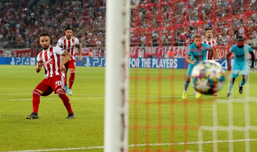 Valbuena từng chơi cho Marseille, Dynamo Moscow, Lyon rồi Fenerbahce. Từ hè 2019, anh sang Hy Lạp khoác áo Olympiacos, đá 78 trận, ghi 11 bàn trong hai mùa gần nhất. Ảnh: Reuters
