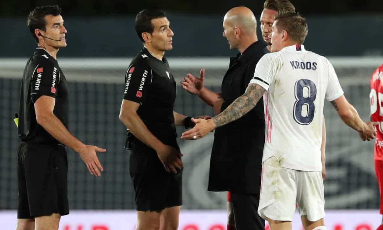Kroos và Zidane phản đối trọng tài Munuera ngay sau khi tan trận đấu với Sevilla hôm 9/5. Ảnh: Reuters