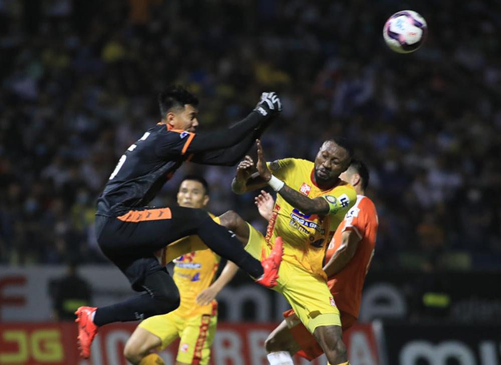 Hoang Vu Samson menendang kiper Tuan Manh dengan kekalahan 1-3 saat menyambut Da Nang.  Foto: VPF.