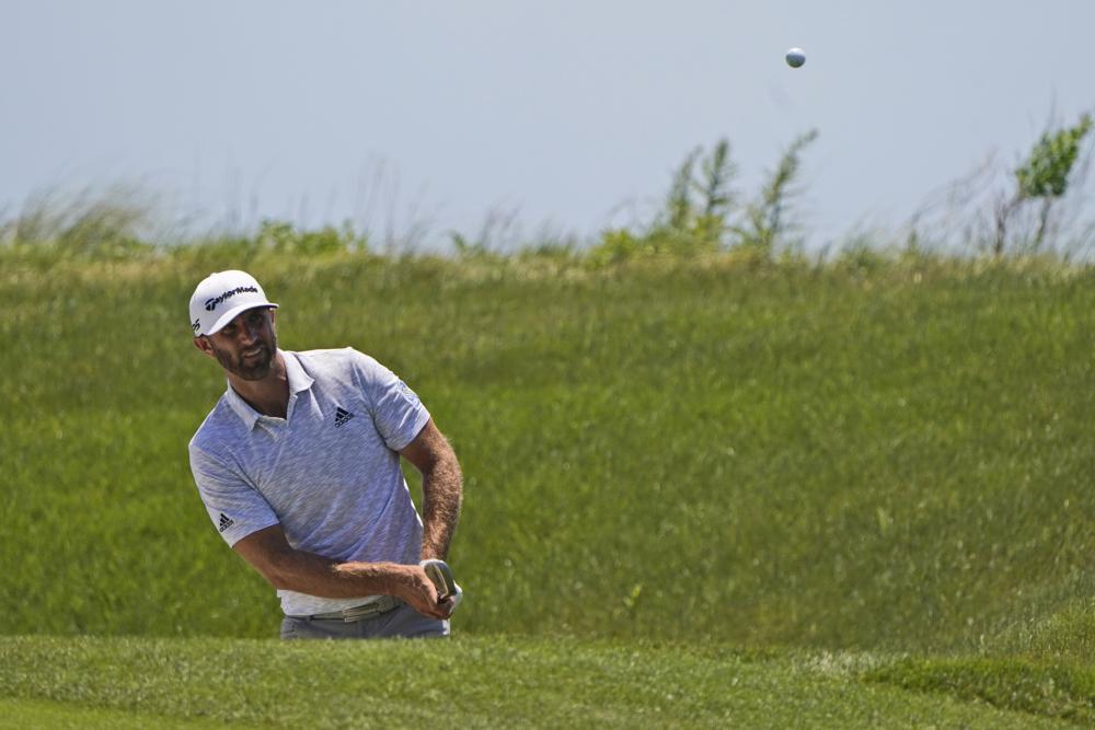 Dustin Johnson chip bóng lên green hố sáu vòng hai PGA Championship trên sân Ocean hôm 21/5. Ảnh: AP