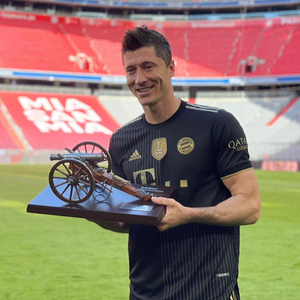 Lewandowski berseri-seri ketika untuk kelima kalinya dalam karirnya dia menerima kata sukses - hadiah untuk pencetak gol terbanyak Bundesliga.  Foto: Twitter / Bayern