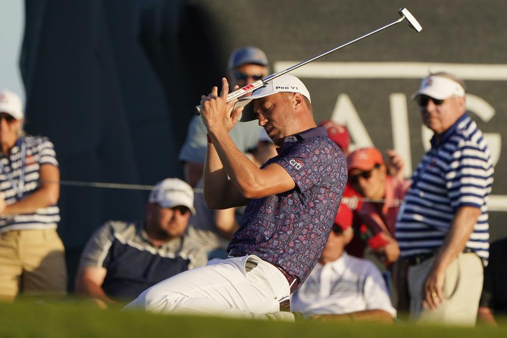 Justin Thomas thất vọng sau khi hỏng cú putt ở hố 18 vòng hai PGA Championship hôm 21/5. Ảnh: AP