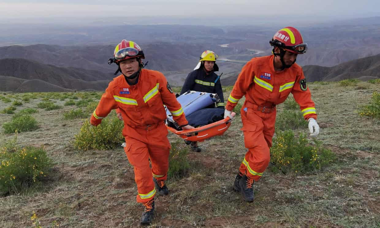 Inclement weather makes rescue work difficult.  Photo: AFP