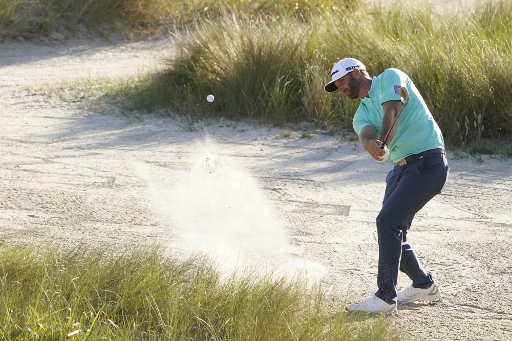 Johnson đánh bóng từ bẫy cát hố 16 vòng đầu PGA Championship trên sân Ocean hôm 20/5. Ảnh: AP