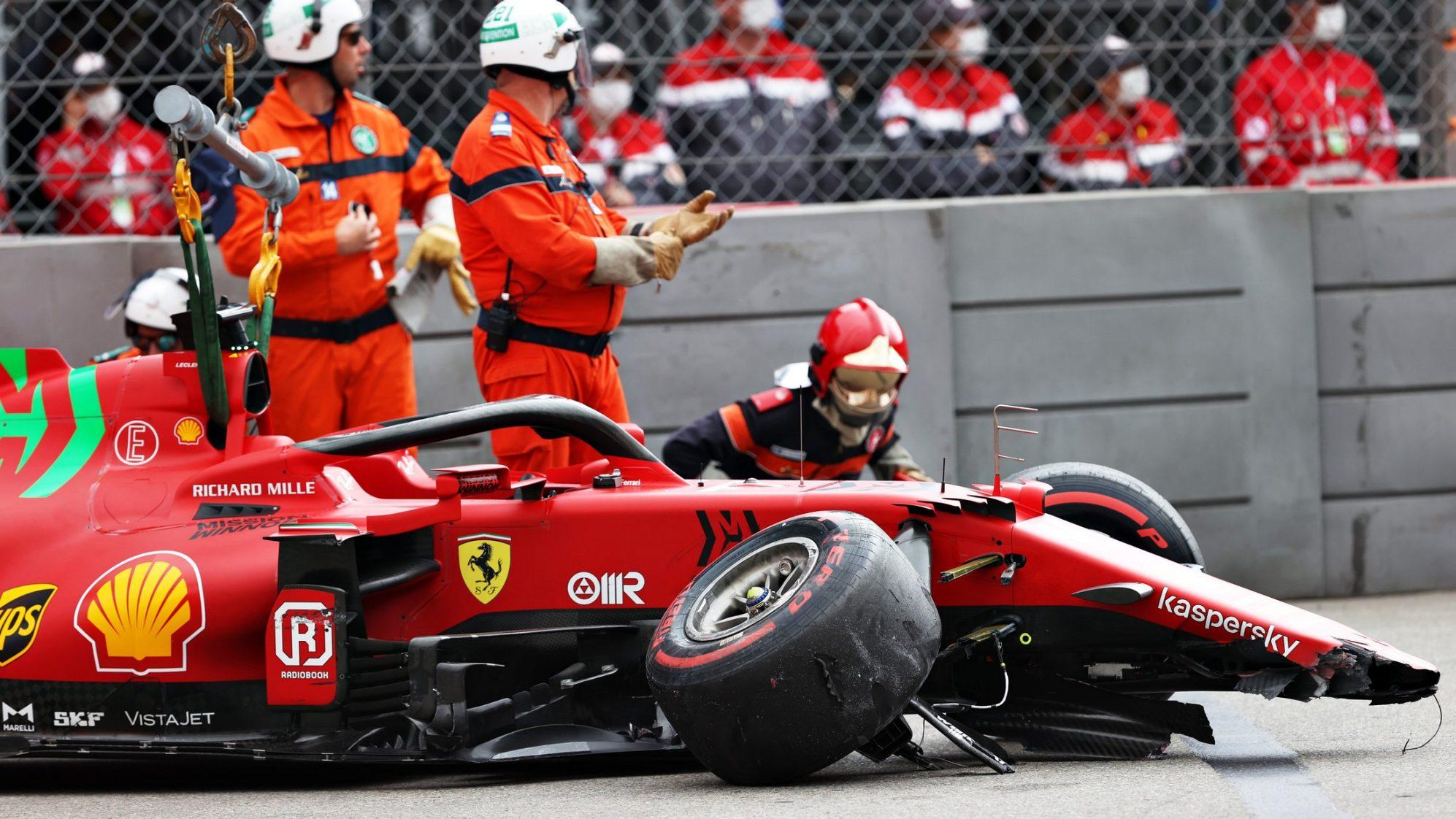 Chiếc SF12 của Leclerc bị hư hỏng phần đầu và bánh bên phải vì va chạm vào rào chắn. Ảnh: F1