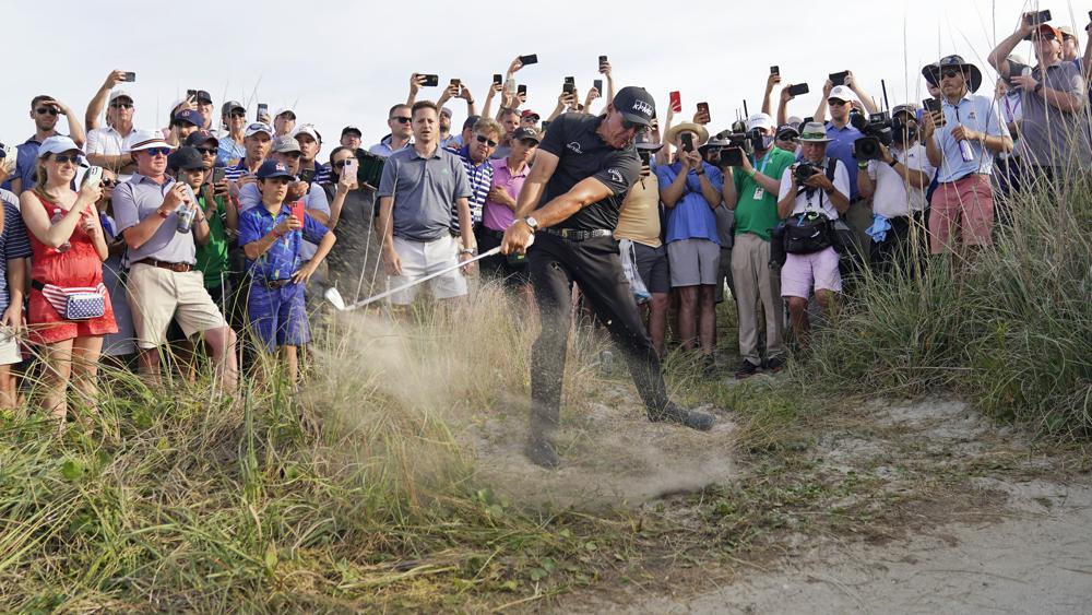 Phil Mickelson đang dẫn đầu đoàn tranh cúp PGA Championship với điểm -7 qua 54 hố. Ảnh: AP