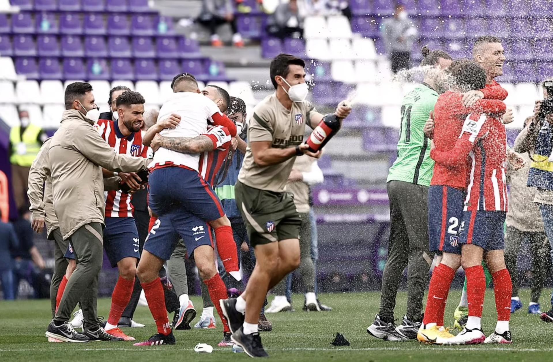 Para pemain Atletico Madrid menyalakan sampanye untuk merayakan gelar juara La Liga ke 11. Foto: Reuters