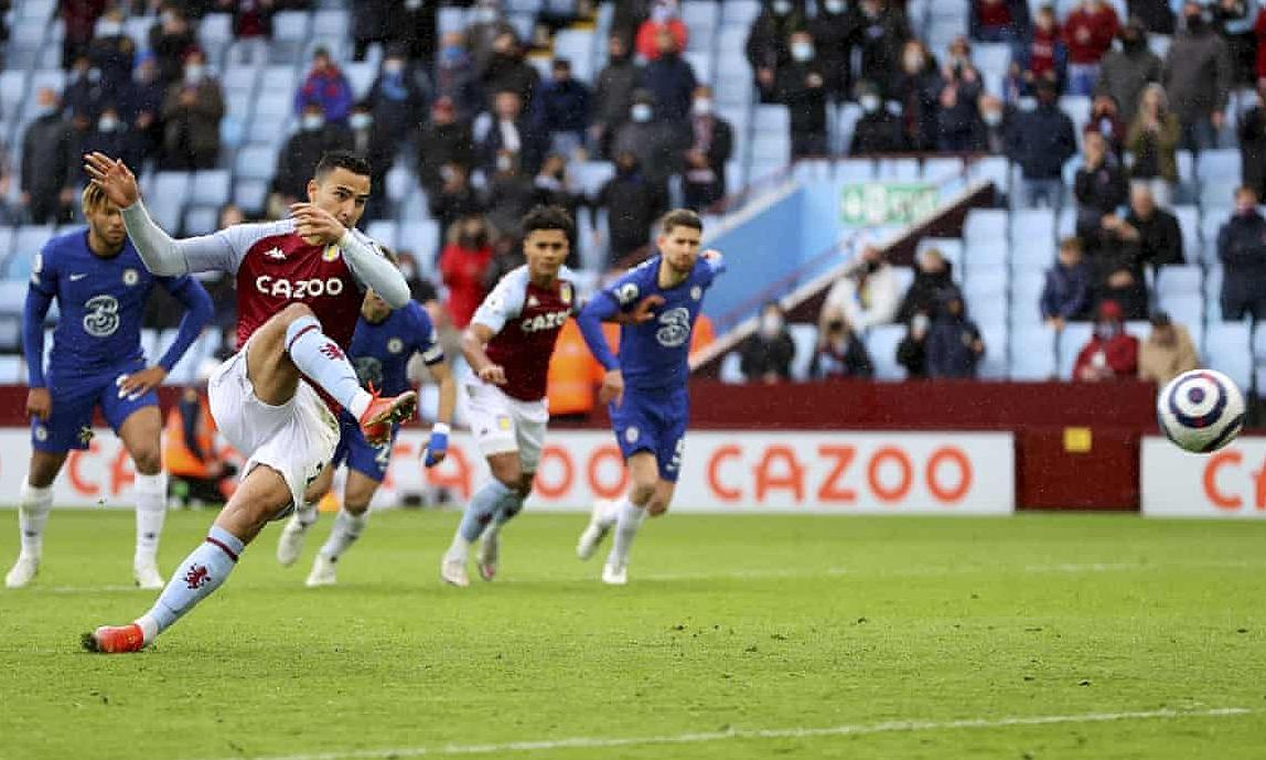 El Ghazi mengambil penalti untuk menjadikan skor 2-0.  Foto: Reuters