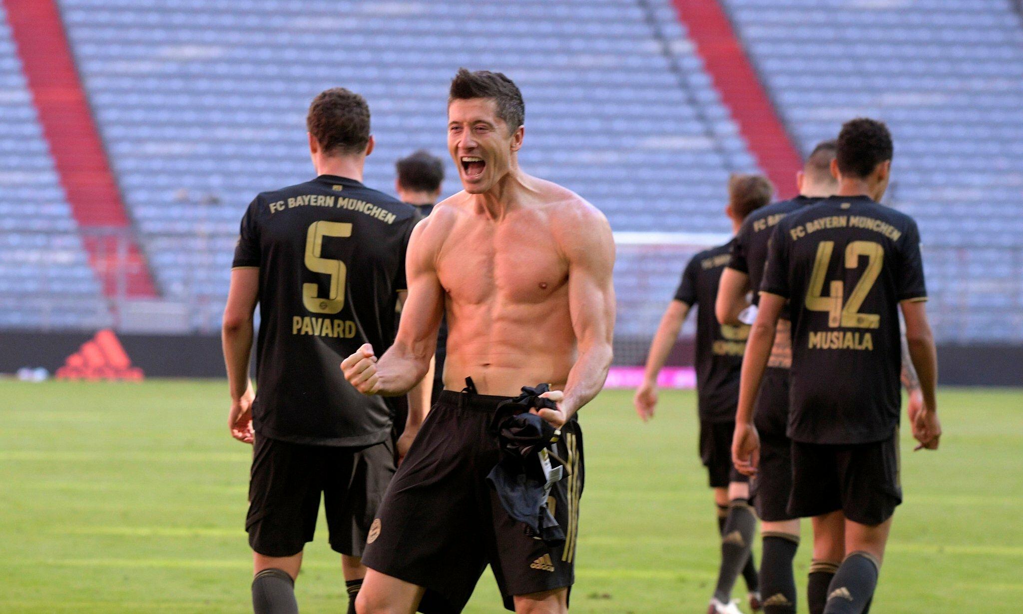 Lewandowski phấn khích sau khi ghi bàn thắng để lập kỷ lục mới của Bundesliga. Ảnh: FC Bayern
