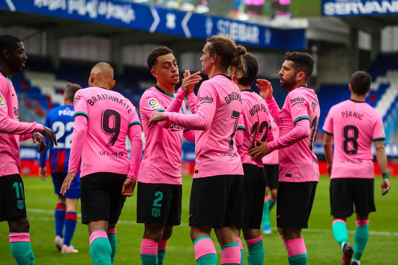 Pemain Barca (pink) merayakan gol terakhir musim ini.  Foto: AP.