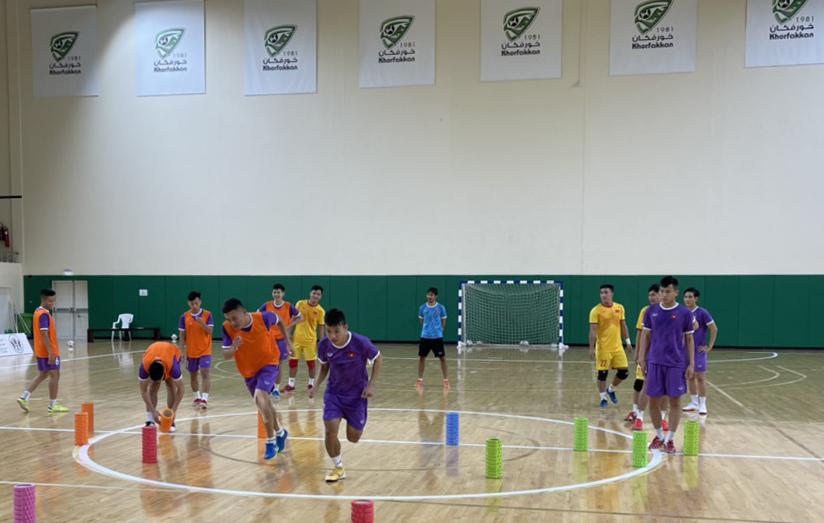 Các cầu thủ Việt Nam tập làm quen sân thi đấu ở Nhà thi đấu Khor Fakkan (UAE). Ảnh: VFF.
