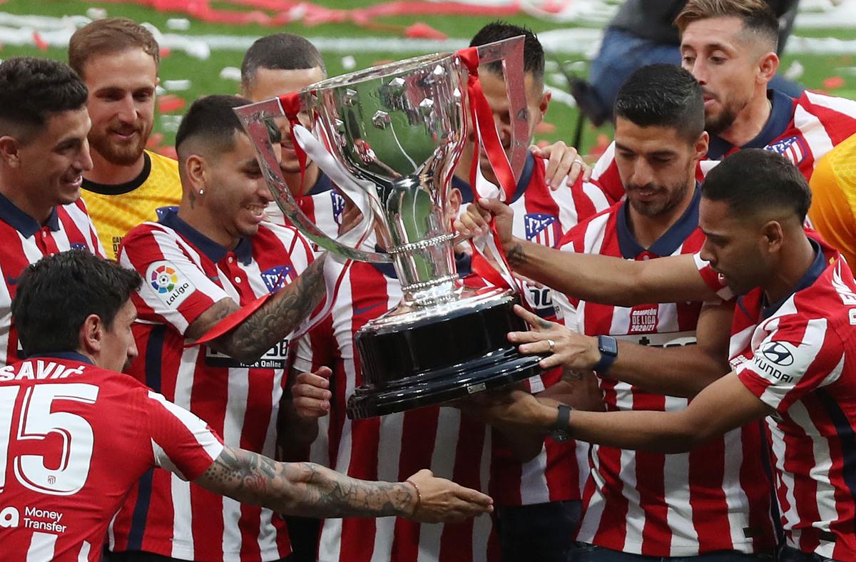 Correa và các đồng đội mừng chiếc Cup vô địch La Liga, một ngày sau khi mùa giải kết thúc, trên sân nhà Wanda Metropolis. Ảnh: Reuters.
