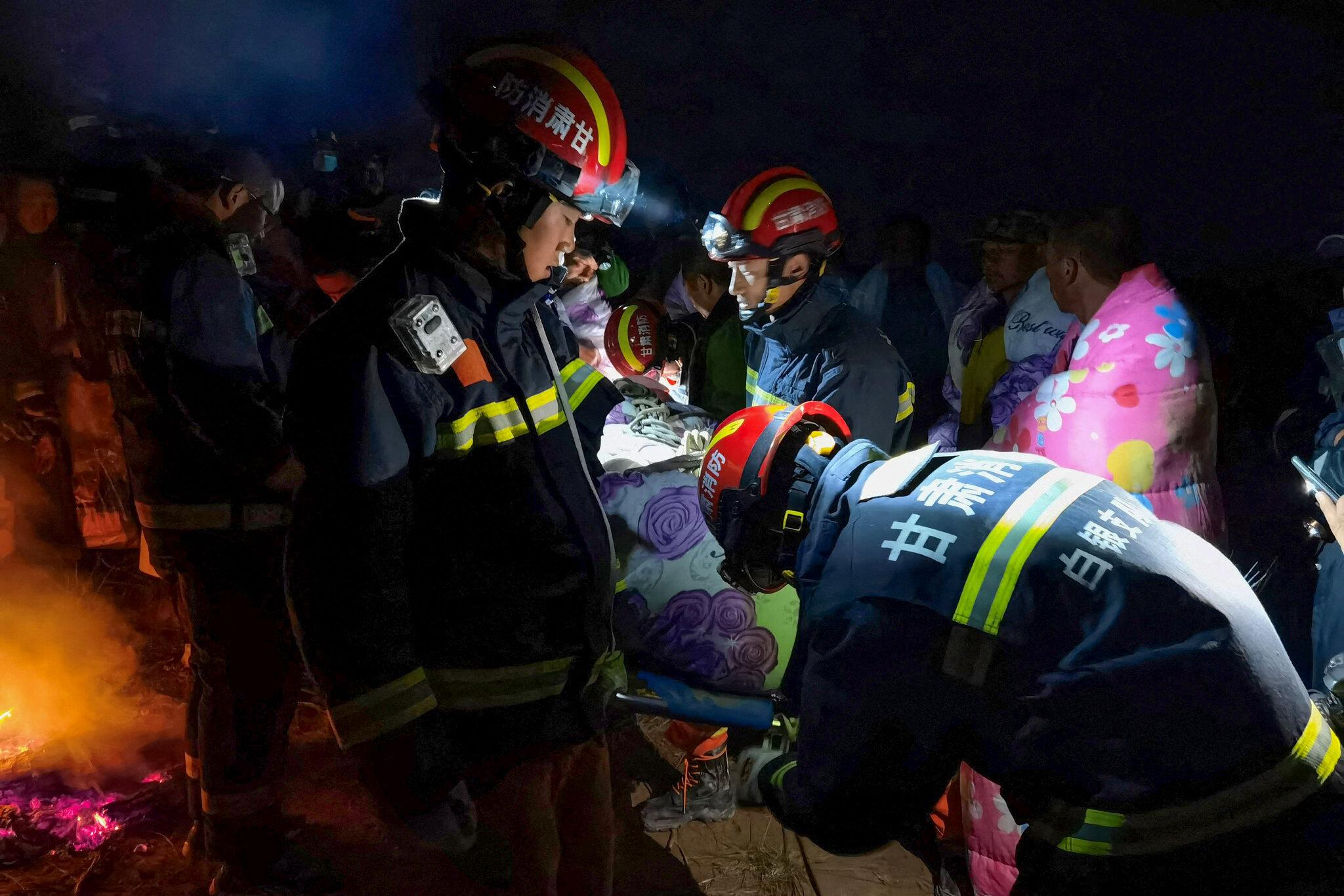 Petugas penyelamat mengangkut atlet yang terluka ke tempat yang aman.  Foto: AFP