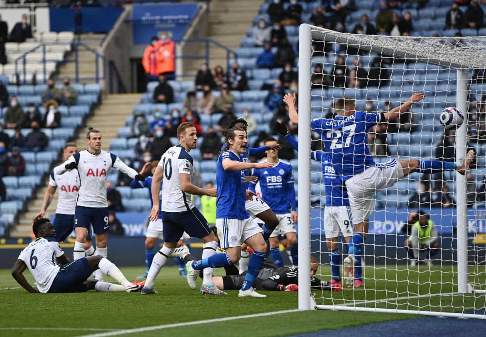 Gol bunuh diri ini membuat Leicester kehilangan tiket ke Liga Champions musim depan.  Foto: Reuters