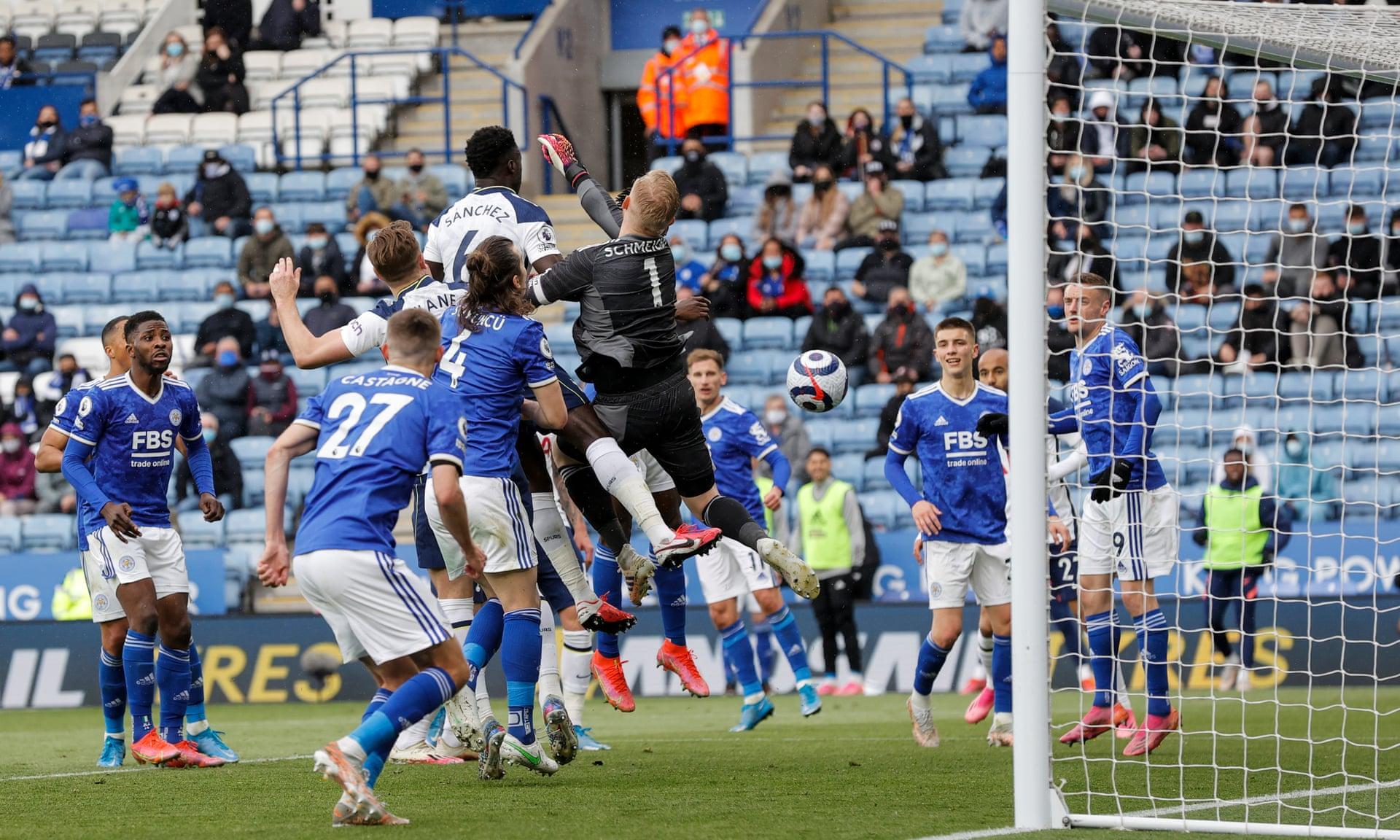 Kiper Schmeichel membuat gol bunuh diri, menyebabkan Leicester terpeleset ke Liga Champions musim depan.  Foto: Guardian