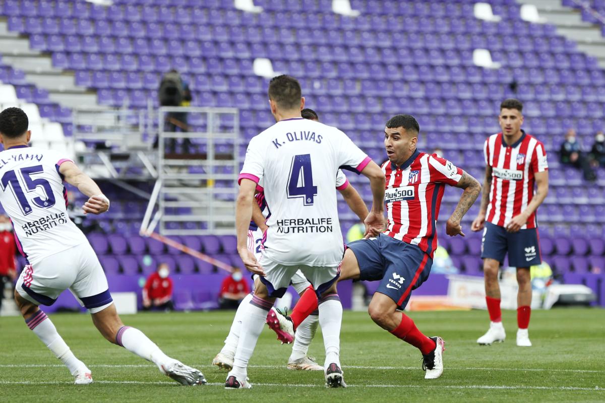 Pha đột phá ghi bàn của Angel Correa, giúp Atletico gỡ hoà 1-1, trước khi thắng 2-1 ở trận đấu Valladolid để vô địch La Liga mùa này. Ảnh: Reuters.