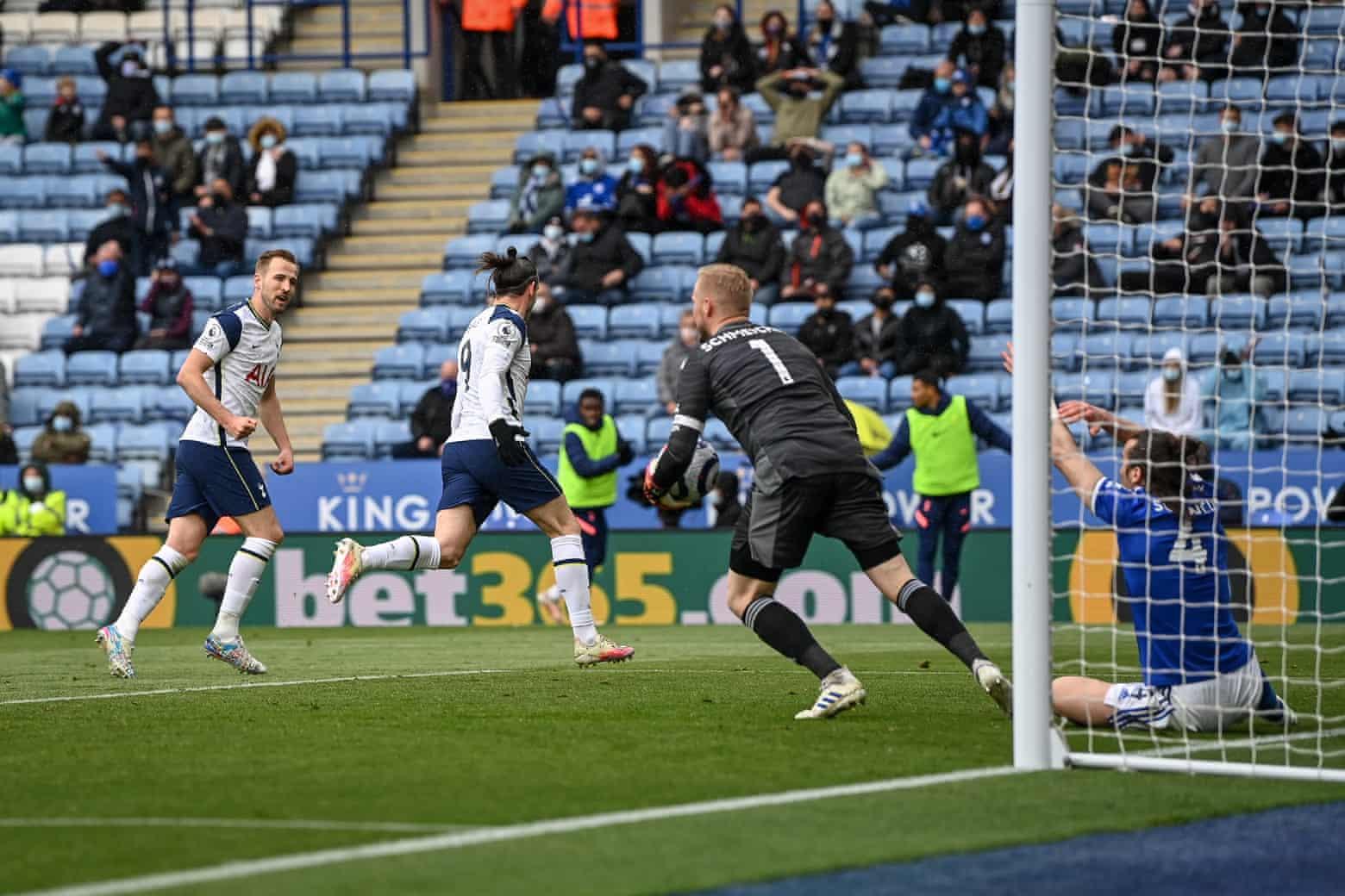 Kane berbagi kegembiraannya setelah membantu Bale menjadikannya 3-2 melawan Leicester.  Foto: EPA