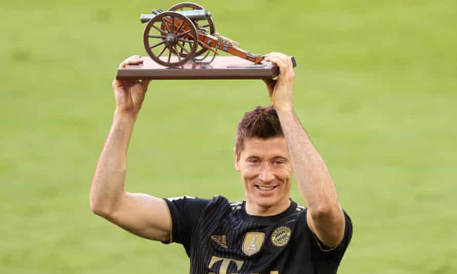 Lewandowski dan gelar Top Scorer Bundesliga 2020-2021.  Foto: EPA.