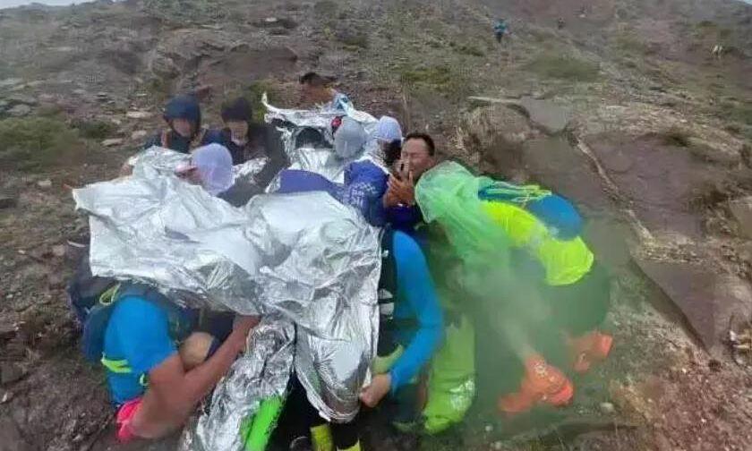 Sekelompok atlet berkumpul untuk menghindari hawa dingin sambil menunggu pasukan penyelamat.  Foto: inews.qq.com
