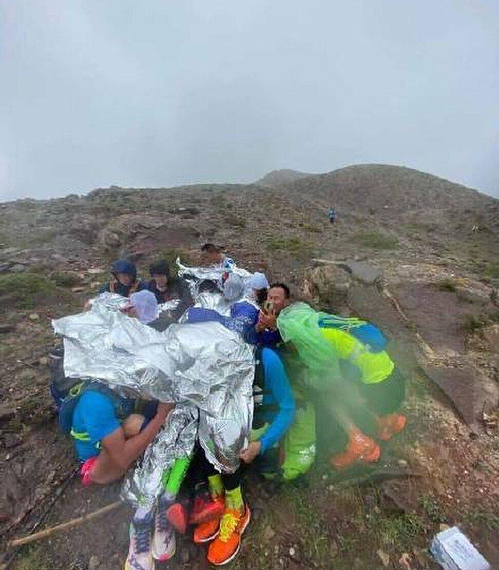 Sekelompok atlet berkumpul untuk menjaga kehangatan satu sama lain sambil menunggu penyelamatan.  Foto: news.qq.com