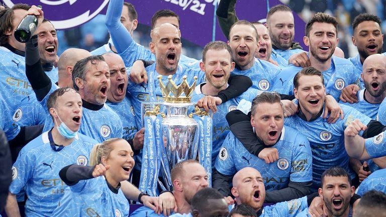 Guardiola và các cầu thủ Man City đăng quang Ngoại hạng Anh 2020-2021. Ảnh: AP.