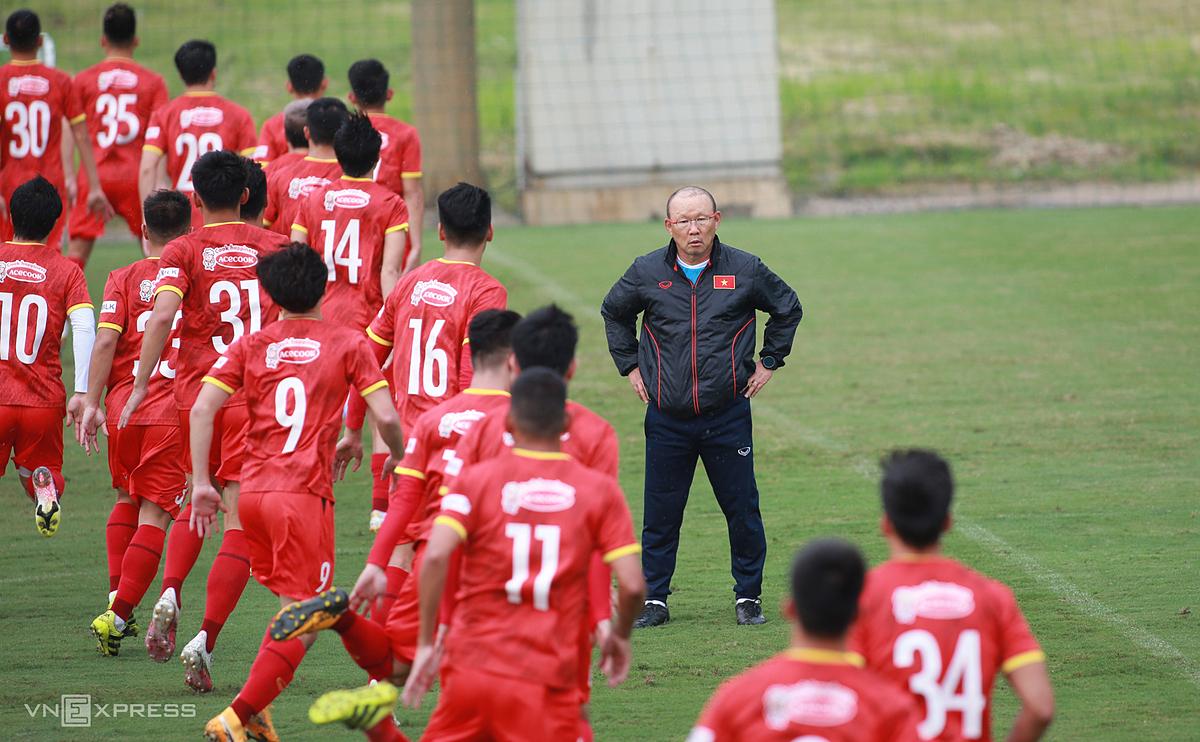 HLV Park Hang-seo chỉ đạo các cầu thủ đội tuyển Việt Nam tập luyện ở Hà Nội. Ảnh: Lâm Thoả.