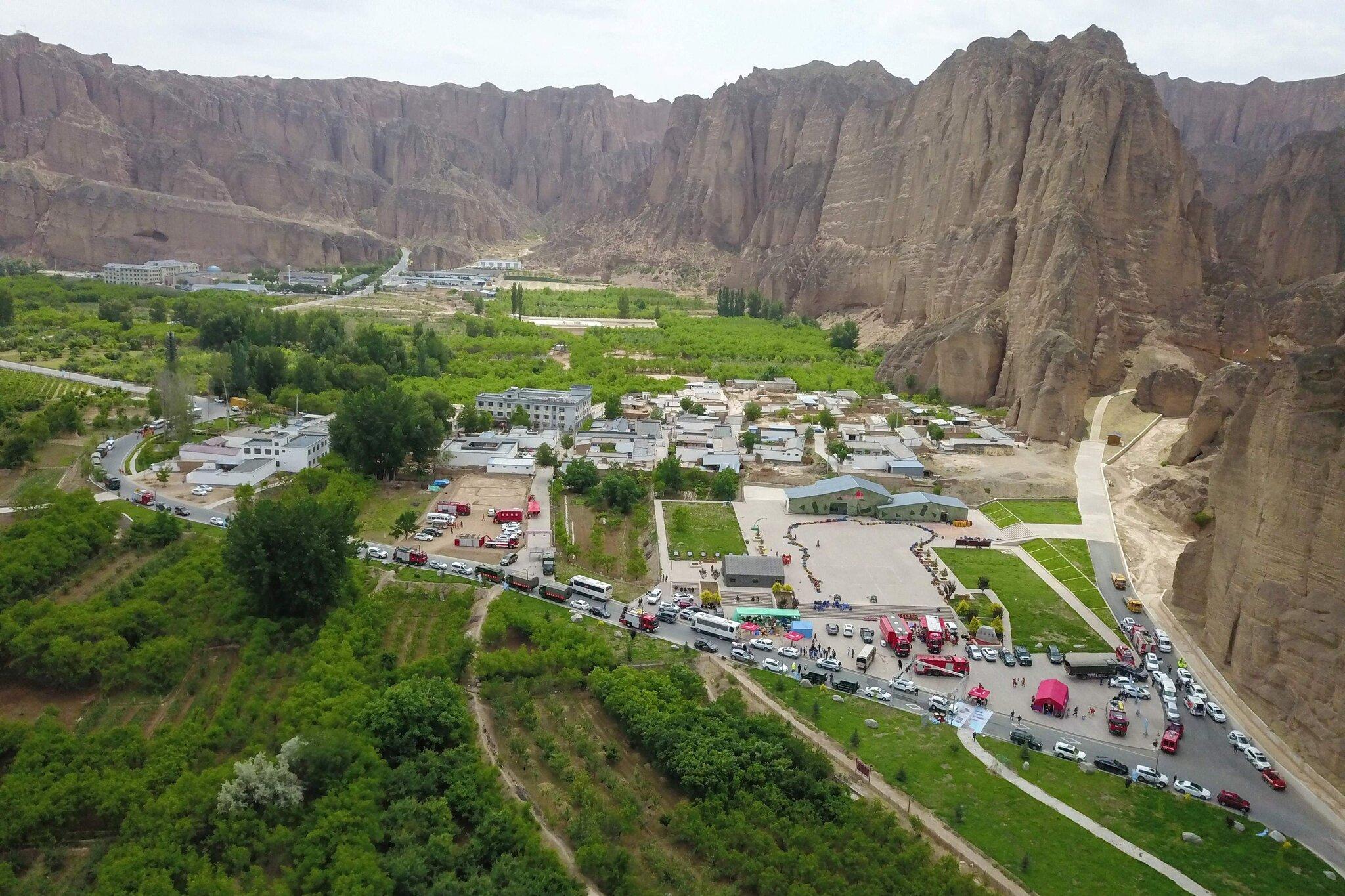 Đoàn xe cứu hộ vận chuyển các VĐV gặp nạn về địa điểm tập trung dưới chân núi hôm 23/5.