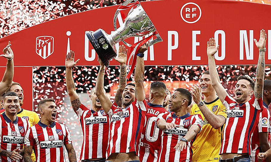 Suarez nâng cúp vô địch La Liga trong buổi lễ mừng công trên sân Wanda Metropolitano hôm 24/5. Ảnh: Twitter / Atletico