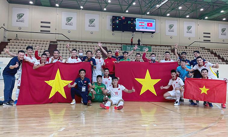 Cầu thủ và ban huấn luyện futsal Việt Nam chụp ảnh mừng suất dự World Cup 2021. Ảnh: VFF