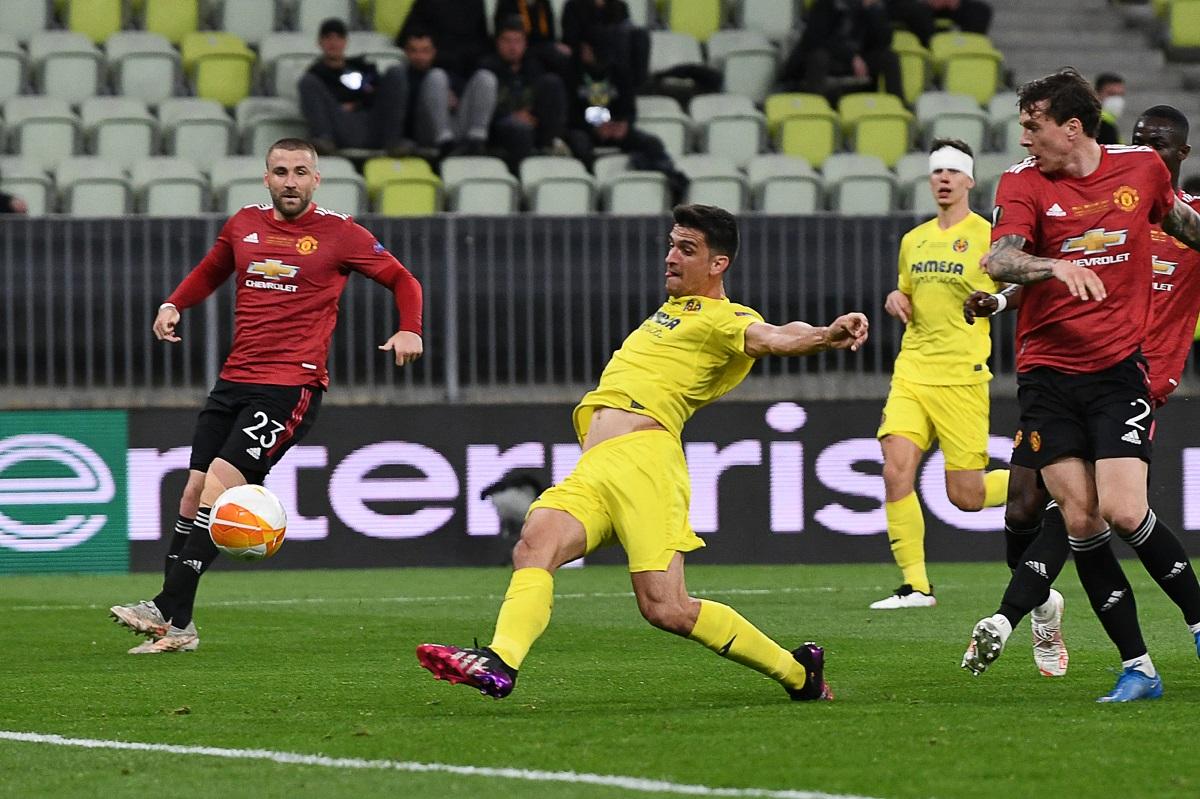 Bek Man Utd tak berdaya menyaksikan Moreno finis dari jarak dekat, membuka keunggulan bagi Villarreal.  Foto: Sasaran.