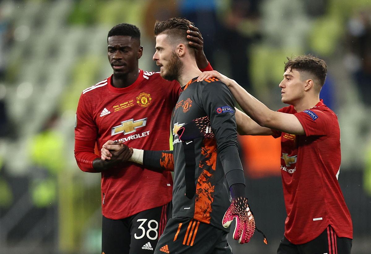 ... dan dengan menyedihkan menerima kekalahan dengan rekan satu timnya.  Foto: Reuters.