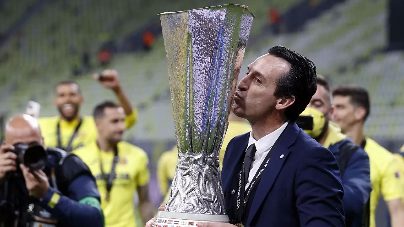 Emery nâng cúp Europa League sau chiến thắng tại Gdansk, Ba Lan hôm 26/5. Ảnh: EFE