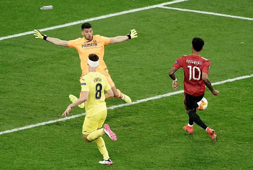 Rashford sút ra ngoài trong tình huống đối mặt thủ môn Rulli, trước khi bị trọng tài thổi việt vị. Ảnh: Reuters.