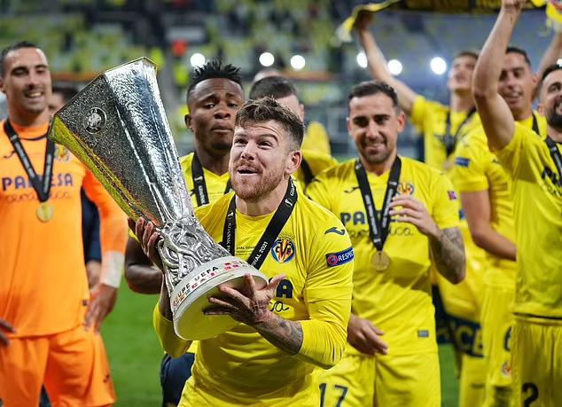 Moreno phấn khích với danh hiệu Europa League đầu tiên của Villarreal. Ảnh: EPA.
