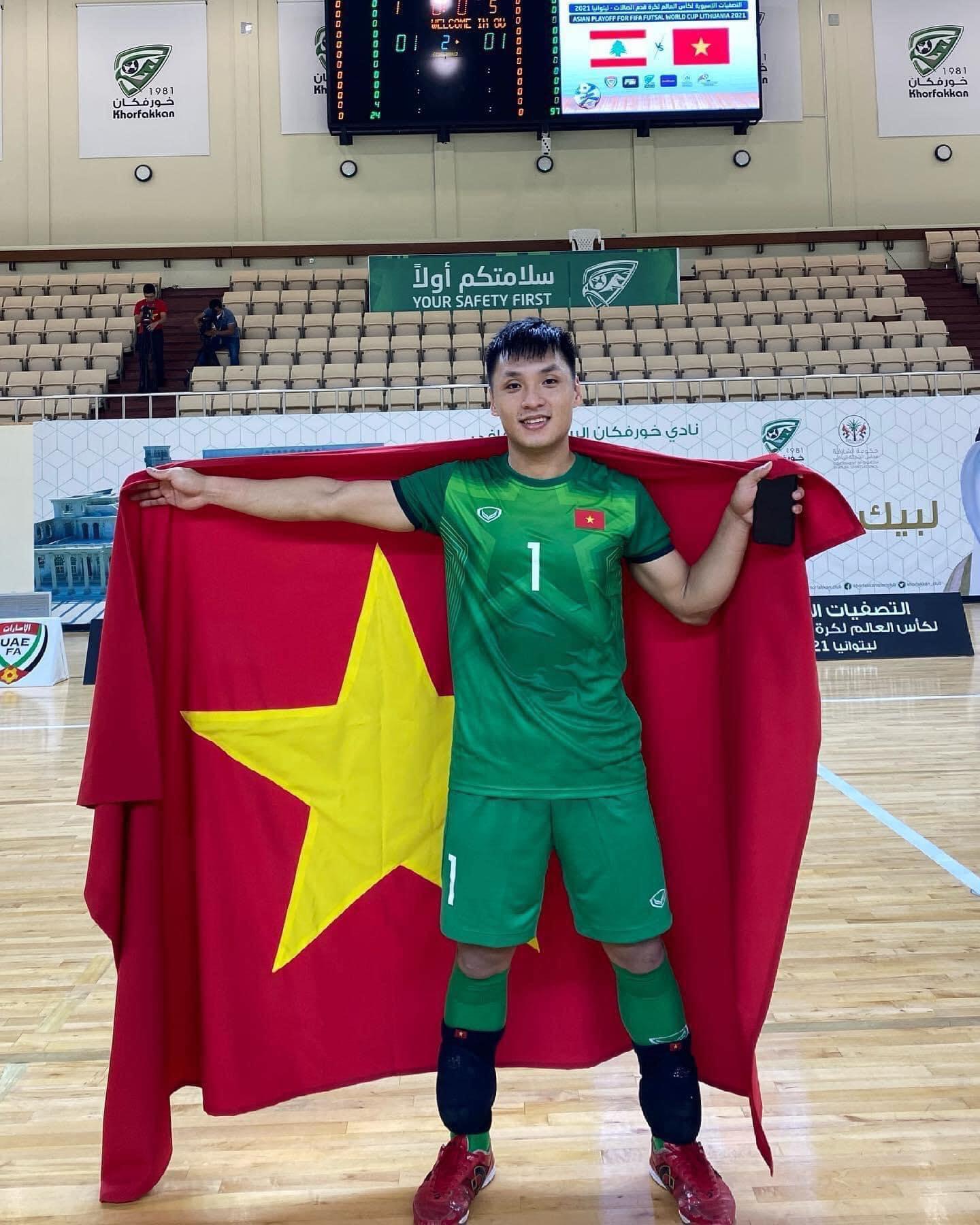 Thủ môn Hồ Văn Ý ăn mừng sau khi cùng các đồng đội giành vé đến World Cup.