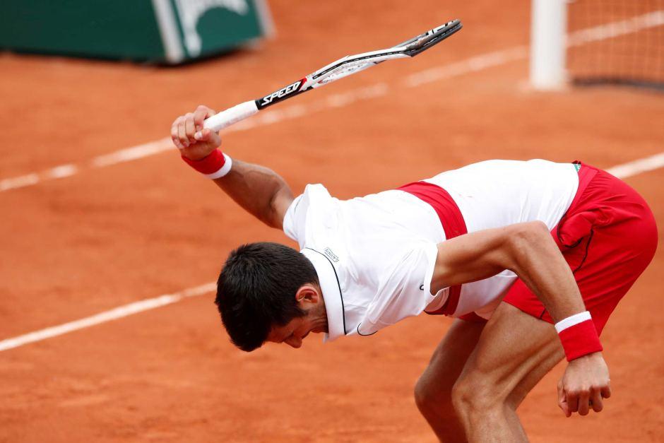 Djokovic trút giận lên cây vợt sau một lỗi tự đánh hỏng ở set hai trận bán kết. Ảnh: ATP