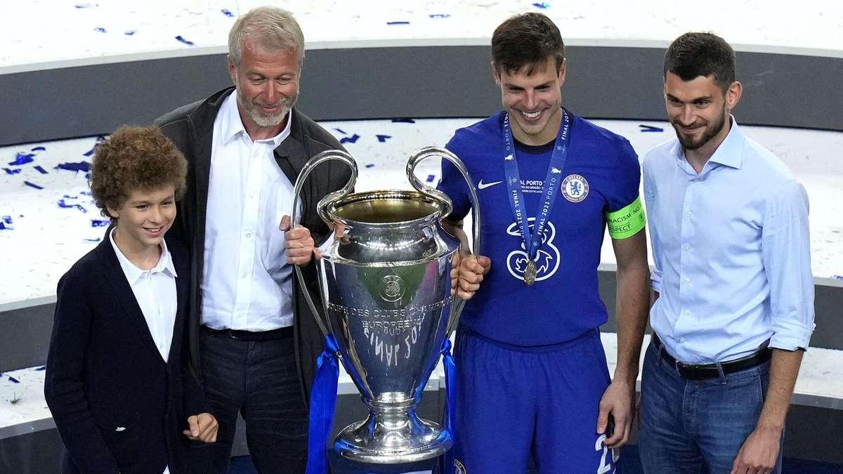 Abramovich mengambil foto suvenir dengan trofi dan kapten Azpilicueta setelah penobatan Chelsea.  Foto: Reuters